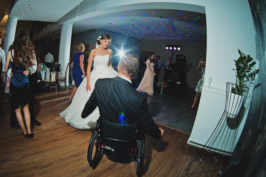 pan młody na wózku inwalidzkim