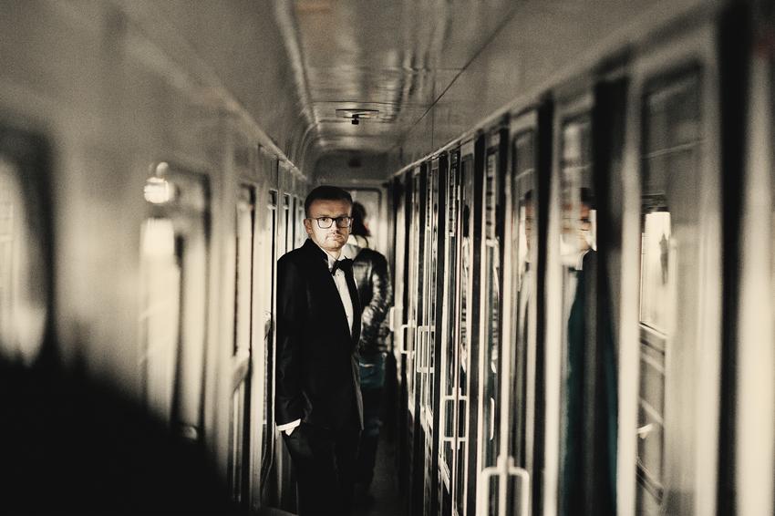 sesja ślubna w pociągu